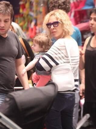 Com a neta no colo, Marília Gabriela parece que não gostou muito quando percebeu a presença dos paparazzi