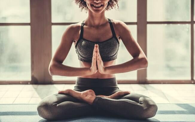 Ioga trabalha corpo e mente e pode ajudar a obter ótimos resultados quando assunto é barriga definida
