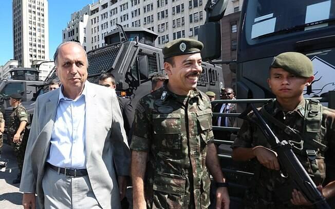 General Richard Nunes (ao centro), ao lado do governador Luiz Fernando Pezão (MDB, atualmente preso) nega interferência nas investigações sobre caso Marielle Franco