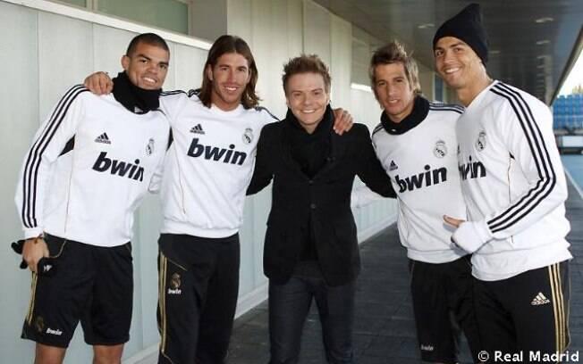 Depois dos cumprimentos, Michel Teló posou para as fotos ao lado dos jogadores que estavam na concentração