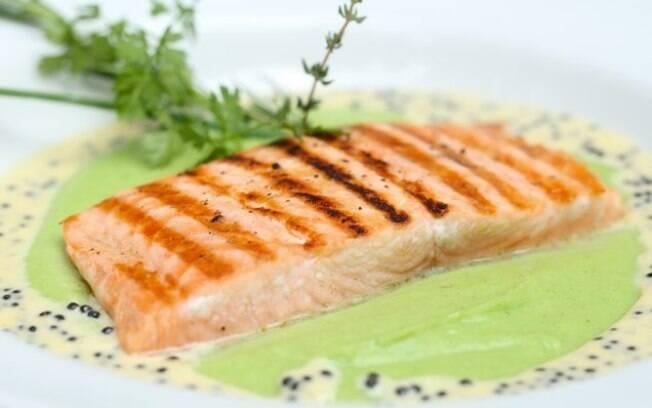 Receita de lombo de salmão grelhado com purê de wasabi e creme de caviar