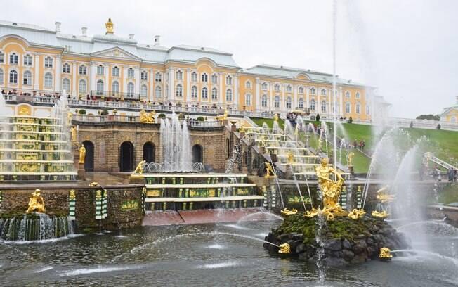 Peterhof, São Petersburgo impressiona por sua imponência, misturando o belo jardim com a construção típica