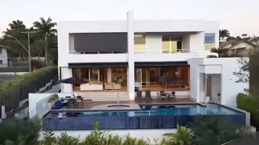Fachada da mansão comprada pelo senador Flávio Bolsonaro (Republicanos-RJ) por R$ 6 milhões, em área nobre de Brasília