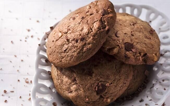 Foto da receita Cookies de chocolate com nozes pronta.