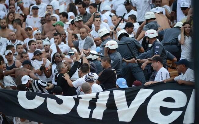 Policiais tentam conter tumulto causado pela  torcida do Santos, no Pacaembu