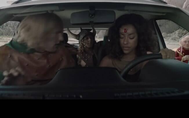 Imagem do comercial do Renault Kwid Outsider mostra cinco ocupantes dentro do carro graças à invisibilidade de Sheila