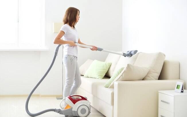 Os ácaros podem se acumular em colchões e sofás e, principalmente no inverno, eles podem causar alergias respiratórias