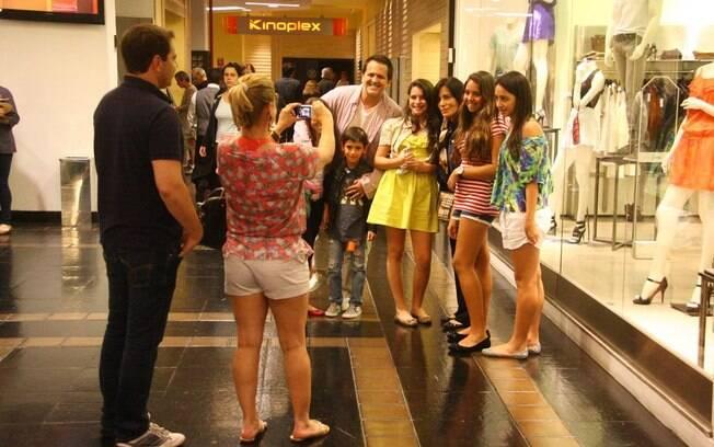 Glória Pires, Orlando Morais e os filhos posam para fotos