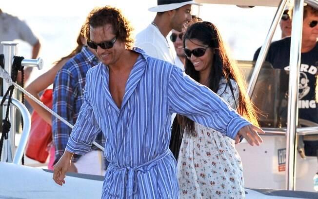 Camila faz visita ao marido, Matthew McConaughey, em set de filmagem
