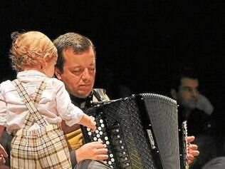 """Bebê interage com músico durante o """"Concerto para Bebês"""", atração da grade infantil do FIT"""