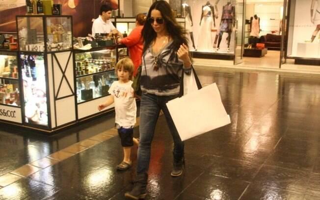 A morena Danielle Winits circulou pelas lojas com Noah e deixou Guy aos cuidados da babá