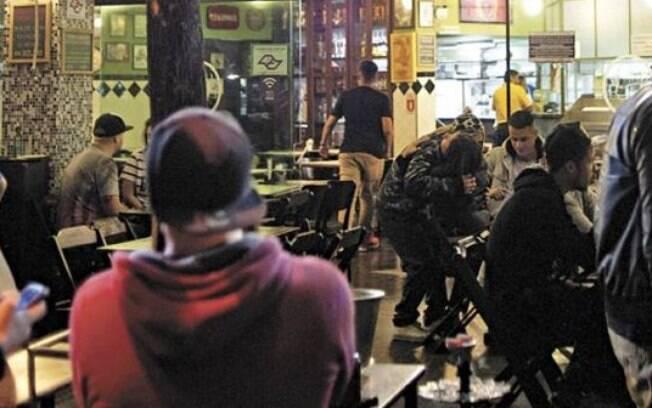 Bares e restaurantes podem continuar atendendo clientes até meia-noite.