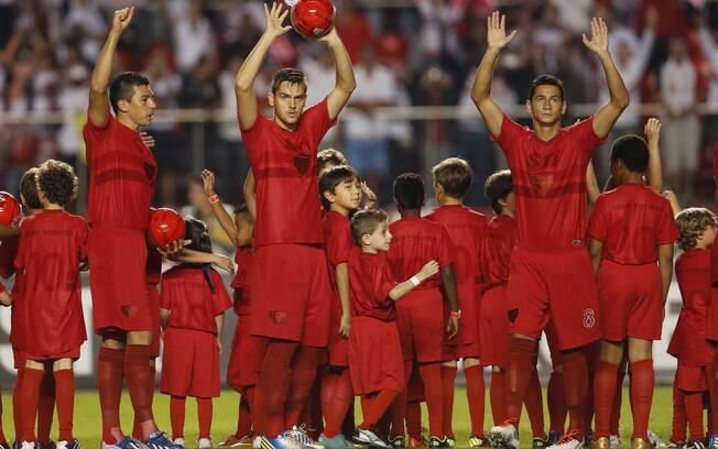 São Paulo todo de vermelho na partida contra  o Penapolense pelo Paulistão