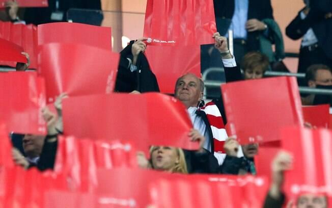 Uli Hoeness, presidente do Bayern de Munique,  segura cartaz e participa de moisaico da torcida