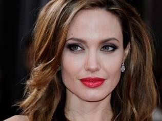 Angelina Jolie: depois do anel de noivado, expectativa para saber como será o vestido de noiva para o casamento com Brad Pitt