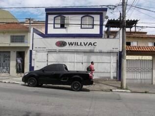 Vicente da Silva (à esq.), na porta de casa: dois números ao lado, Justiça proibiu corte de água