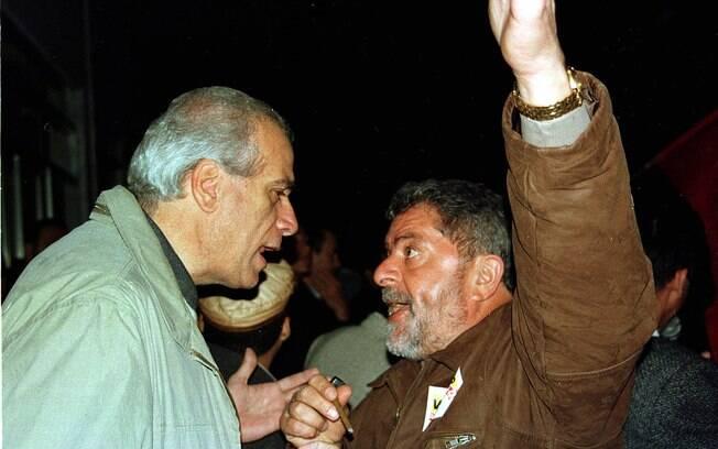 Em 2000, Lula conversa com o então prefeito de Santo André, Celso Daniel durante comício