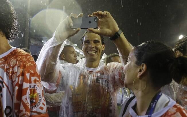 Tenista espanhol tira foto do público durante o desfile da Viradouro, na noite deste domingo (15)