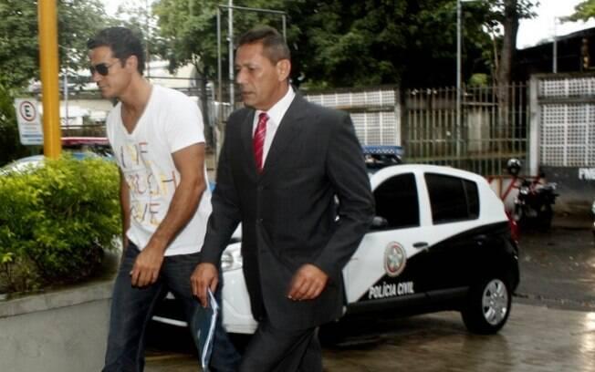 Carlos Machado chega à delegacia com Sylvio Guerra