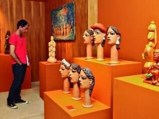 Diversidade. Mostra acolhe trabalhos feitos com materiais como madeira, cerâmica e pedra-sabão
