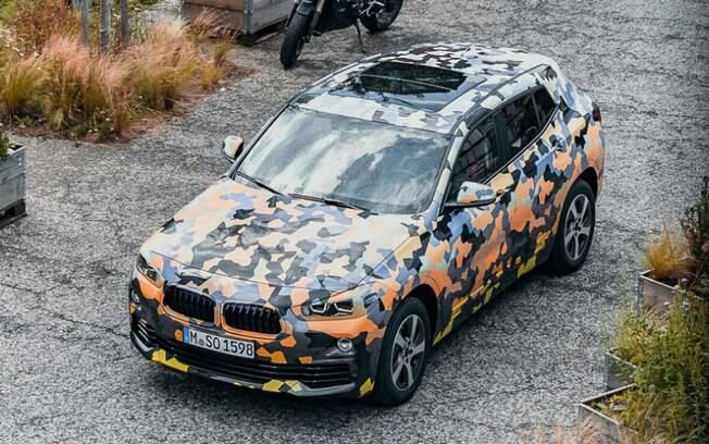 BMW X2 foi mostrado ainda camuflado. Será novidade no Salão de Frankfurt e chega ao Brasil no ano que vem