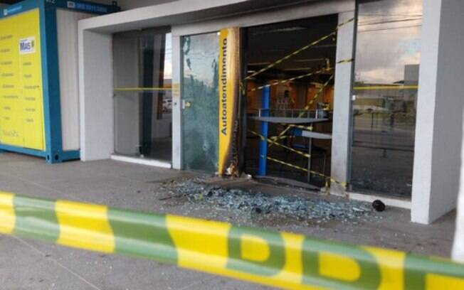 Criminosos atearam fogo a uma agência bancária em Fortaleza, no Ceará