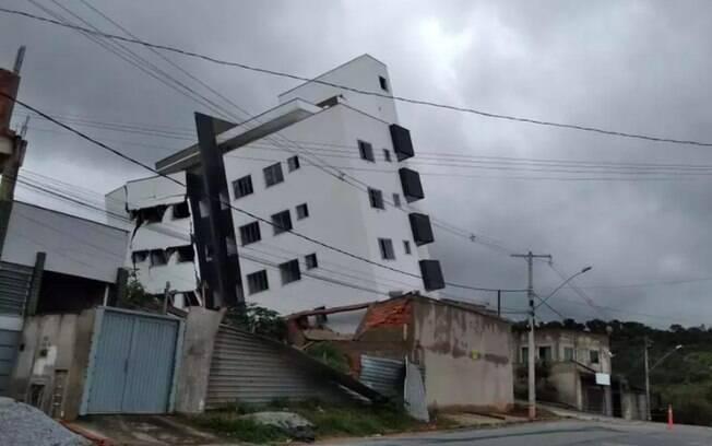 O prédio tombou e deixou 15 famílias desalojadas na última terça (17), em Minas Gerais