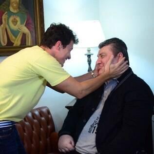 Rodrigo Faro visita Gerson Brenner e mostra rotina do ator, que ficou paraplégico