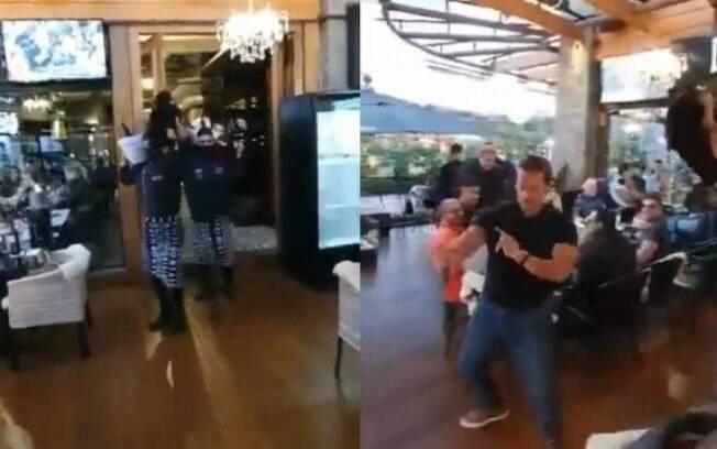 Momento em que garçons entraram no hall do restaurante segurando bandeja de bebidas semelhante ao
