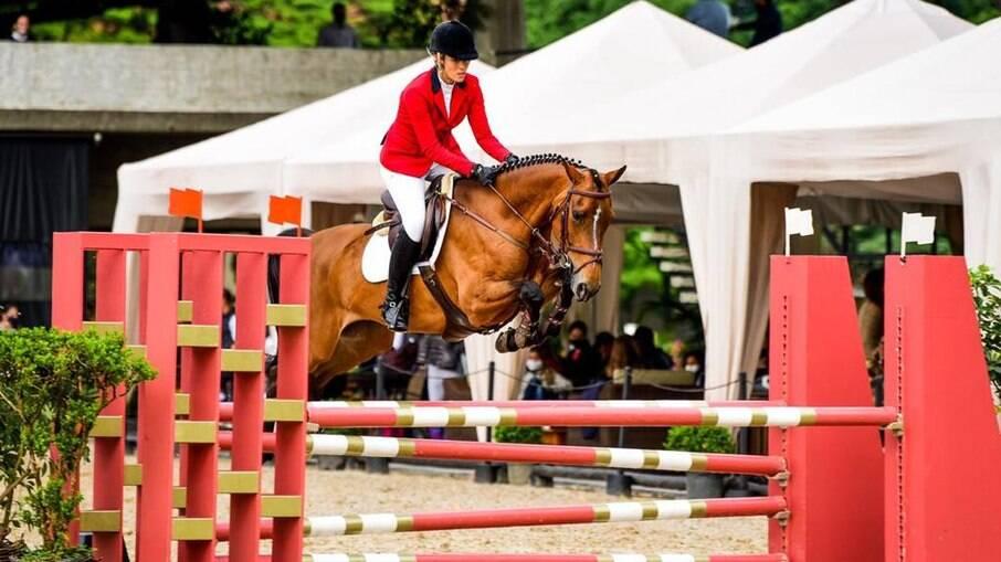 Carolina em uma prova de salto com sua égua, chamada Caroline Santa Dalila (Carol)