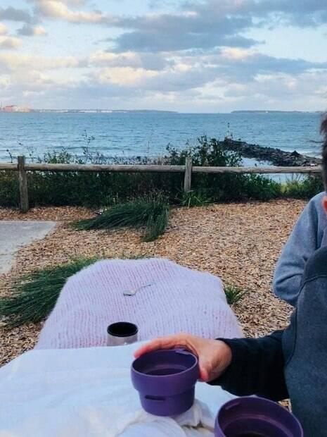 Debilitada por causa de câncer, Carmen conseguiu ver o pôr-do-sol na praia e beber chá com a família