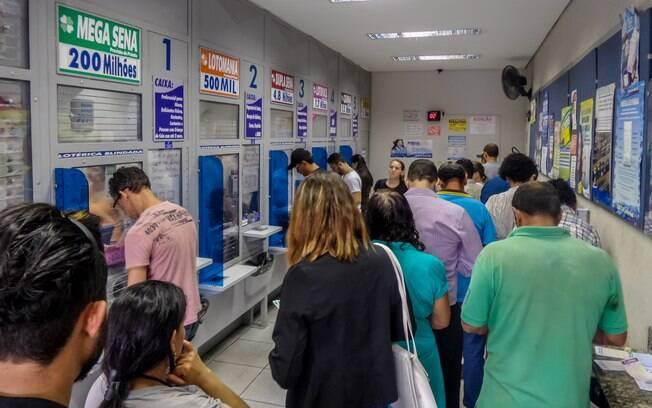 Quanto maior o prêmio do sorteio da Mega-Sena, maiores as filas que os apostadores precisam enfrentar nas lotéricas