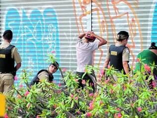 Atuação. A reportagem flagrou uma equipe da PM abordando um menor que estava com droga na avenida Nossa Senhora do Carmo