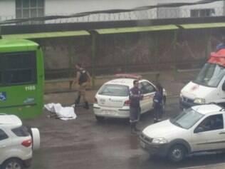 Vítima se desequilibrou no meio-fio e caiu na frente do ônibus.