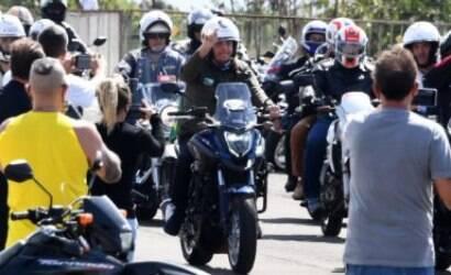 Jair Bolsonaro faz passeio de moto em homenagem às mães