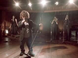 Intérprete de Tyrion, Peter Dinklage canta música em homenagem aos mortos em
