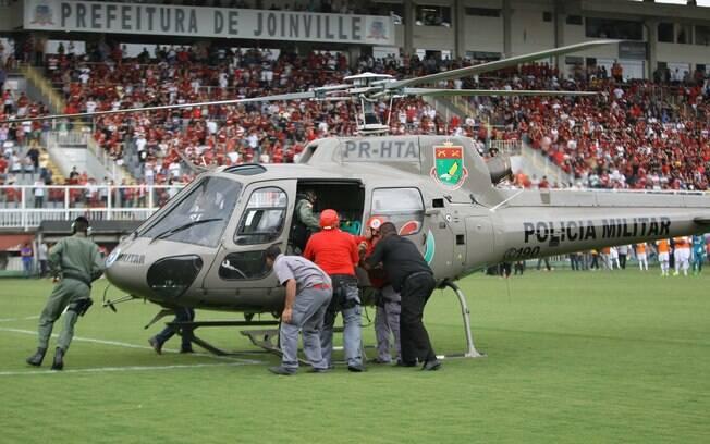 Helicóptero da Polícia Militar desce no gramado para resgatar torcedor ferido