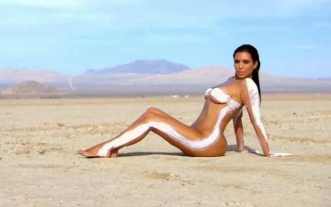 Modelo plus size recria foto de Kim Kardashian em ensaio nu, no deserto da Califórnia, EUA, em 2015
