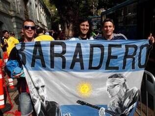 Com bandeira de Baradero, cidade da Argentina, torcedores se preparam para embarcar rumo ao Mineirão