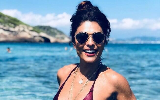 Juliana Paes curtiu praia de Ibiza com biquíni e usou o Instagram para compartilhar o clique e exibir as curvas