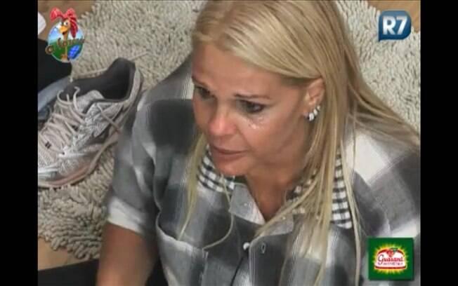 Titia derrama várias lágrimas enquanto fala que não ganhou nenhum prêmio