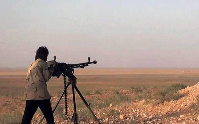 Militante do Estado Islâmico aponta arma durante batalha contra as forças do governo sírio em uma estrada entre Homs e Palmyra (20/05)