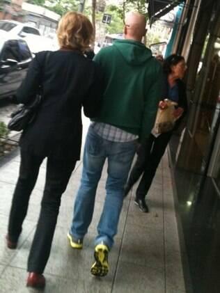 De cabeça raspada, Reynaldo Gianecchini foi flagrado passeando nos Jardins com a apresentadora Marília Gabriela