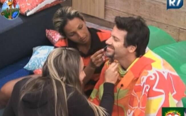 Joana Machado e Valesca Popozuda fazem a barba de Marlon