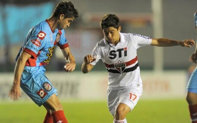 Osvaldo parte para cima da marcação argentina  em ataque do São Paulo