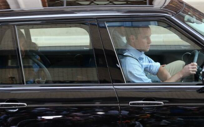 William dirigiu a Land Rover do casal com um segurança ao lado. Kate foi atrás com o filho