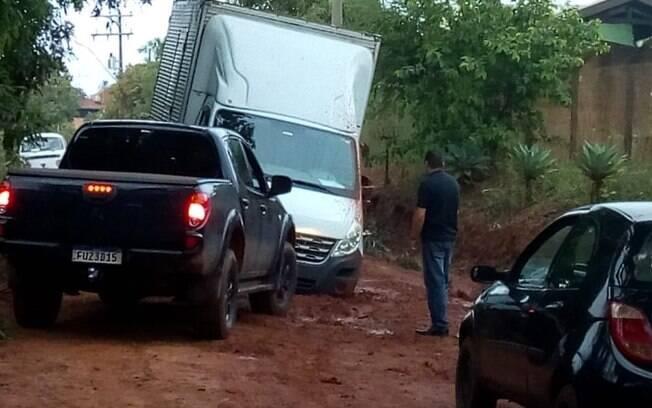 Veculos atolam em lama de chuva em estrada de Artur Nogueira