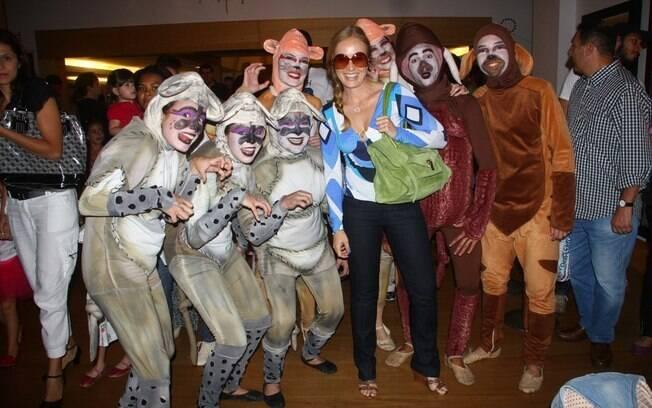 Animada, Angélica posou ao lado de alguns atores da peça