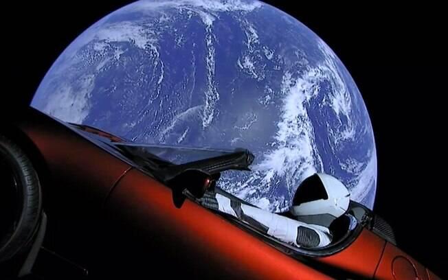 Tesla Roadster no espaço. flutuando na imensidão cósmica é o sonho realizado do empresário Elon Musk