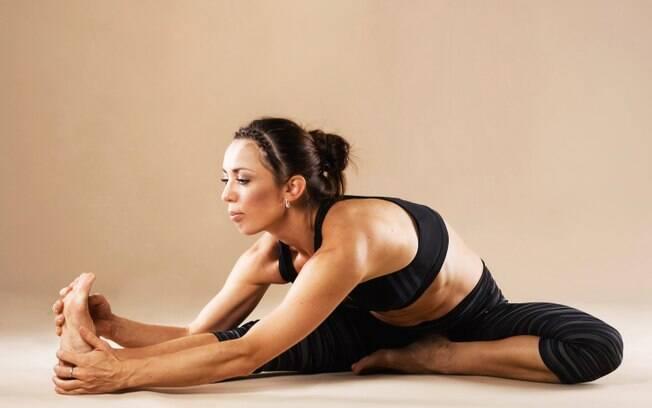 Ioga, alongamento e pilates são ótimos para aliviar dores de cabeça tensionais